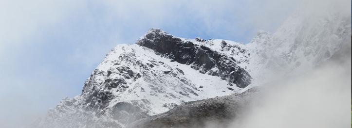 Weißer Berggipfel